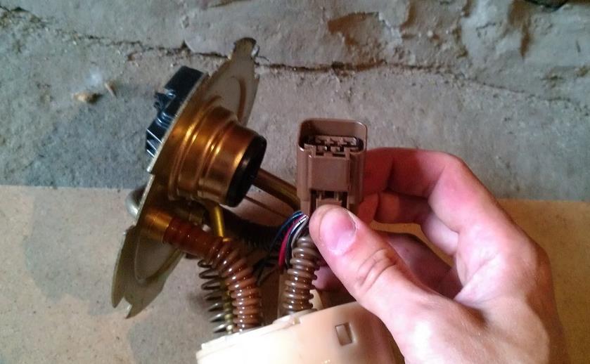 Вот этот коннектор нужно отсоединить