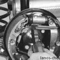 Отцепляем пружину от передней колодки