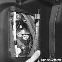 Снимаем крышку в багажнике