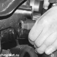 Отсоединяем шланг патрубка радиатора